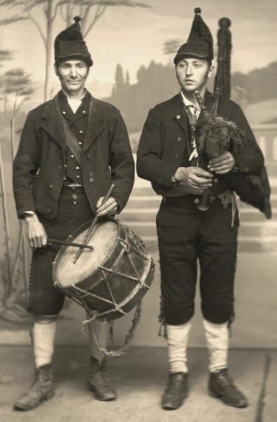 -EL GAITERU LLIBERDÓN RETRATAU EN LLANES POR BALTASAR CUE, HACIA 1890-